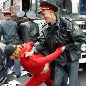 Rusijos policija puikiai sugeba mušti bejėges moteris, išėjusias į politinę demonstraciją, tačiau būtent taip jie patys augina teroristus. / rokiskis.popo.lt archyvo nuotr.